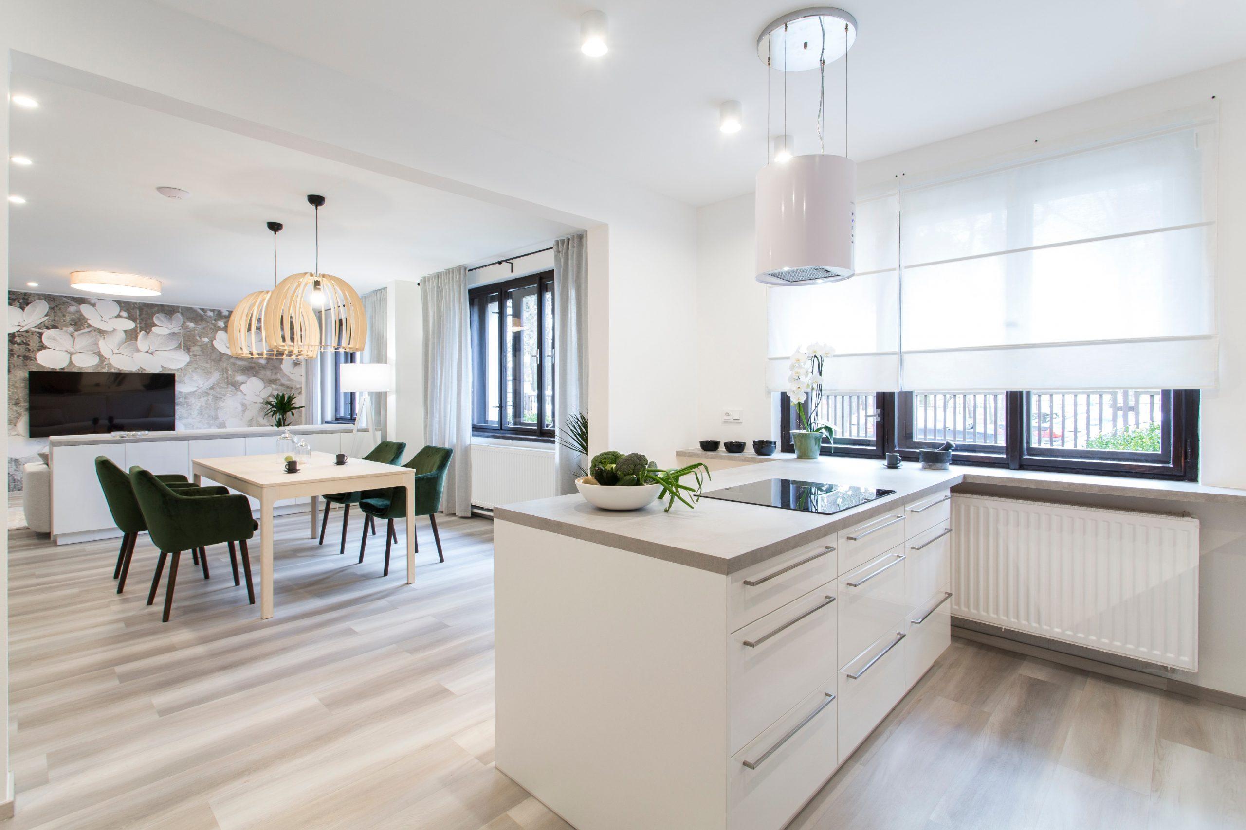 Biela kuchyňa s veľkou jedálňou