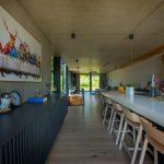 Kuchyňa a dlhá jedáleň v modernom dome