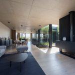 Moderná obývačka s priznaným betónom