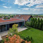 Hranatý rodinný dom s vegetačnou strechou