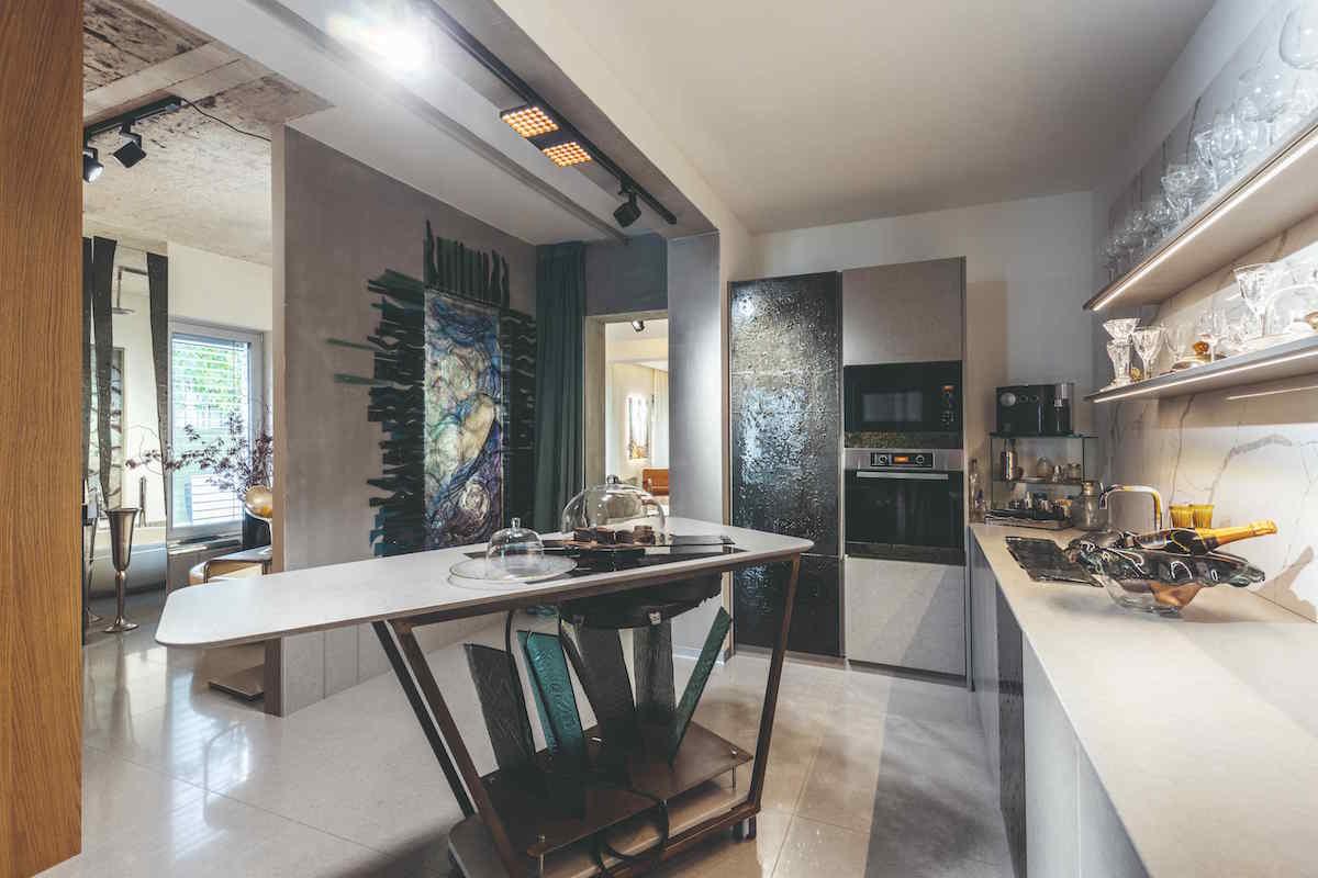 Umelecká kuchyňa s ostrovom na kolieskach