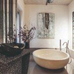 Kúpeľňa s voľne stojacou vaňou a dielami na stene