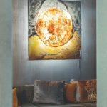 Sklenený obraz nad zamatovým gaučom