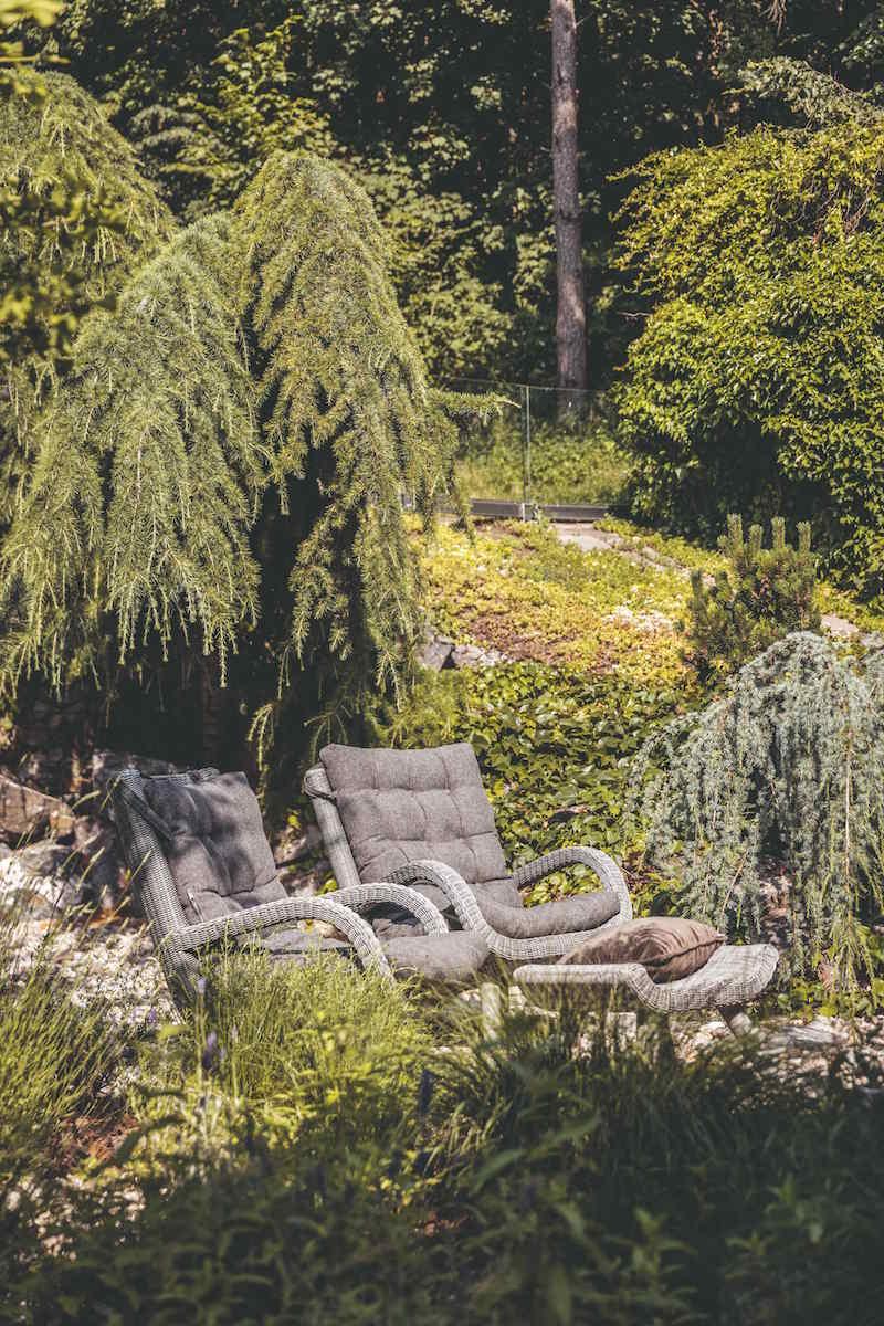 Prírodná záhrada s umeleckými kreslami