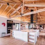 Veľký spoločenský priestor s kuchyňou v zrekonštruovanej stajni