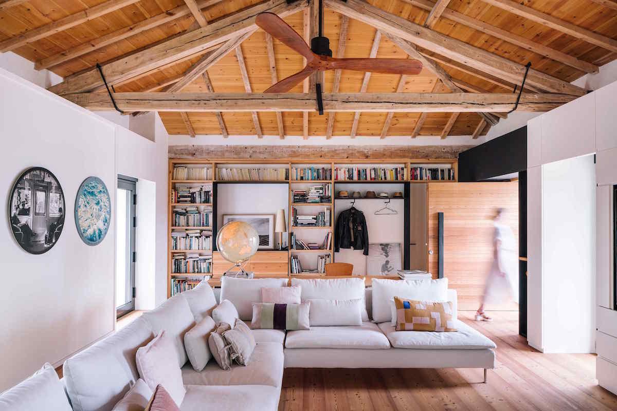 Obývačka vo vysokej stajni s trámami