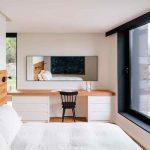 Spálňa v bielej s veľkým oknom