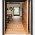 Drevená podlaha a dvere v rekonštruovanej stajni