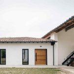 Stajňa prerobená na bývanie s dvojpodlažným domom