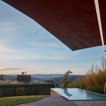 Výhľad z terasy domu s bazénom na mesto