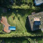 Geometrická presklenená novostavba rodinného domu so záhradou