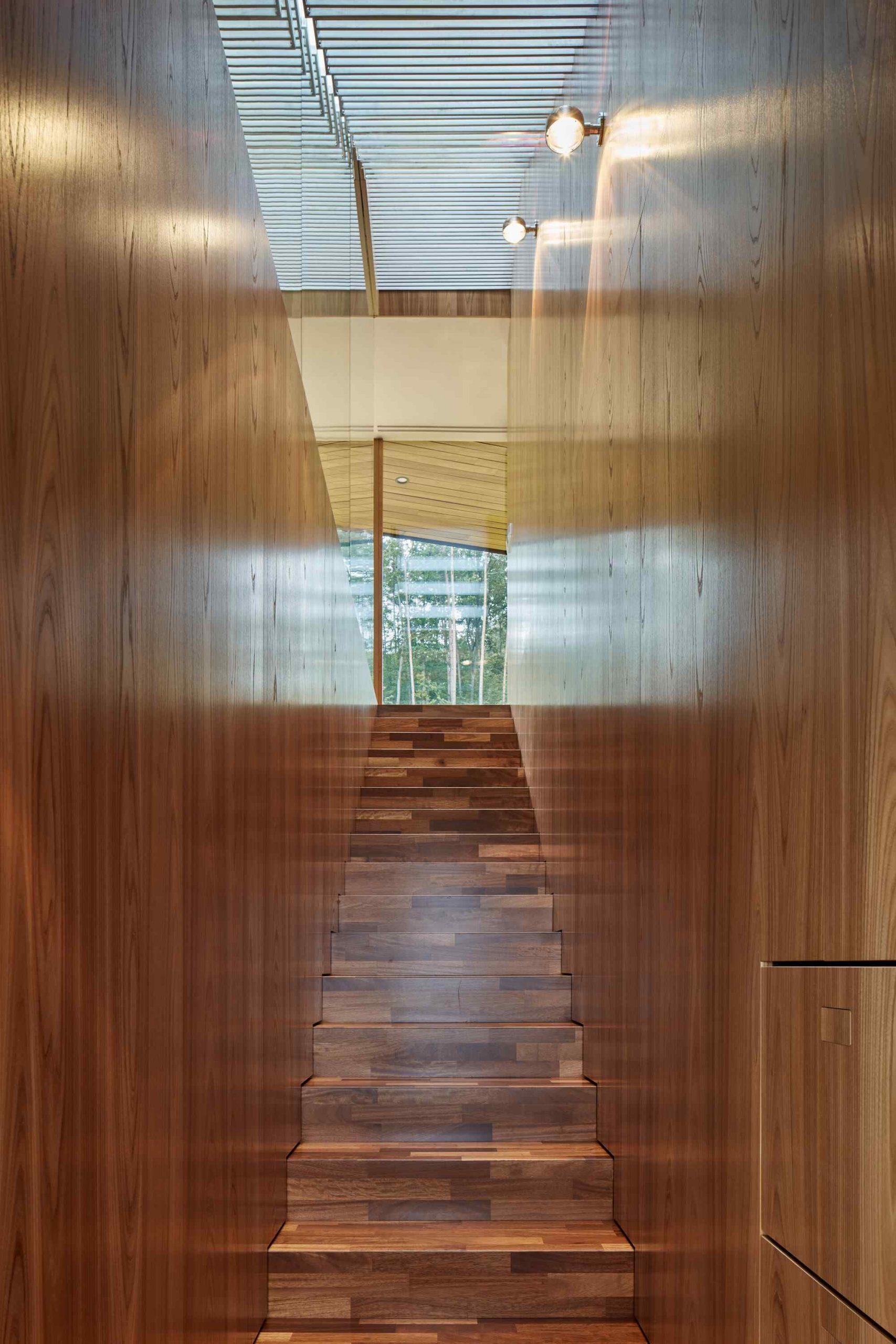 Drevené steny schodiska