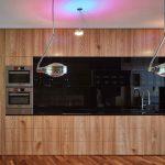 Drevená veľká kuchynská linka s čiernou zástenou