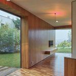 Drevený interiér domu s presklením