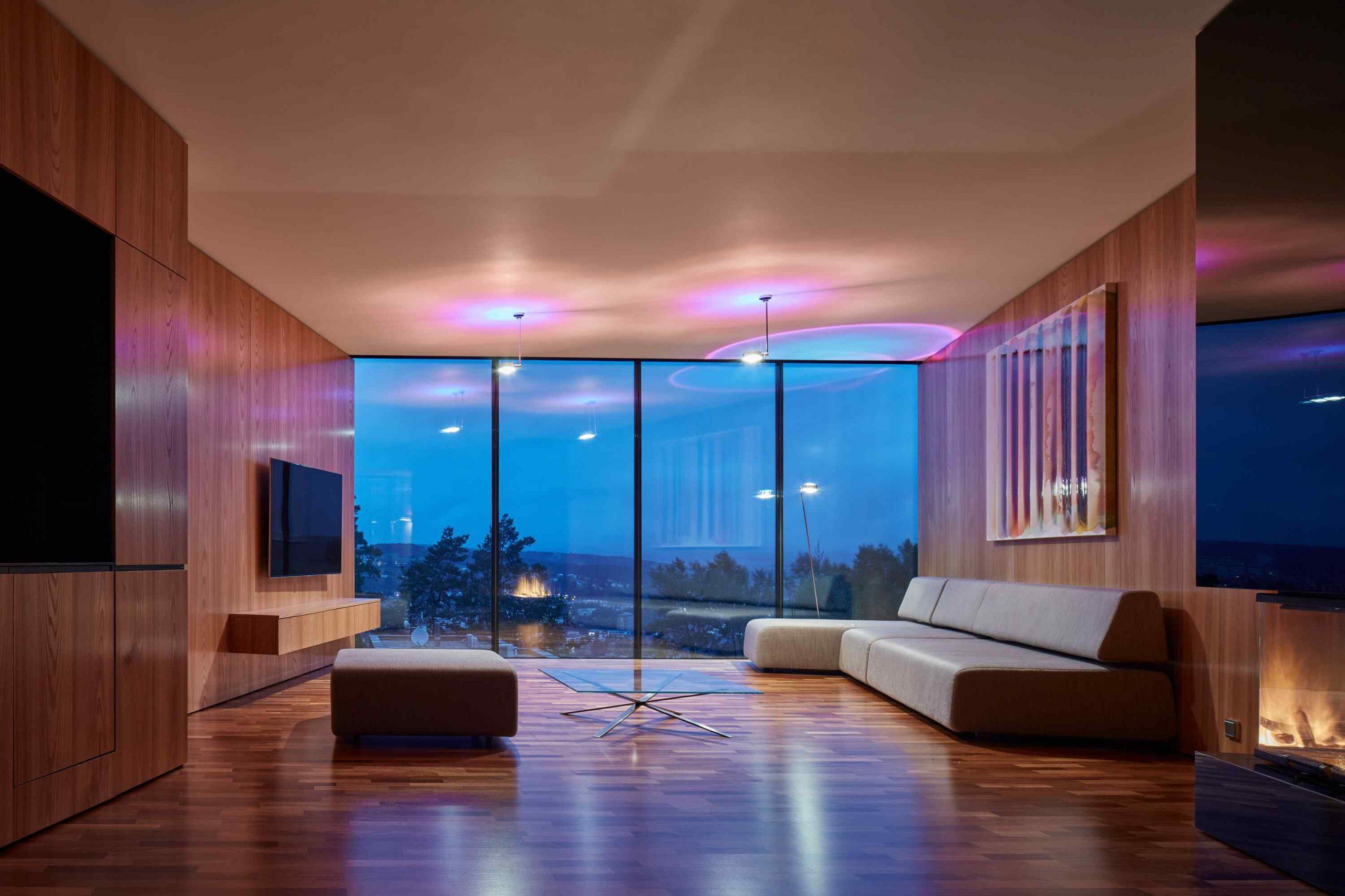 Ultramoderná obývačka s výhľadom na mesto