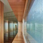 Sklenené a zrkadlové predely v izbách moderného domu