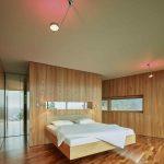 Drevená spálňa s bielou posteľou