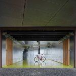 Garáž s kovovým vnútrom a stojaci bicykel