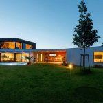 Atypický rodinný dom na svahovitom pozemku