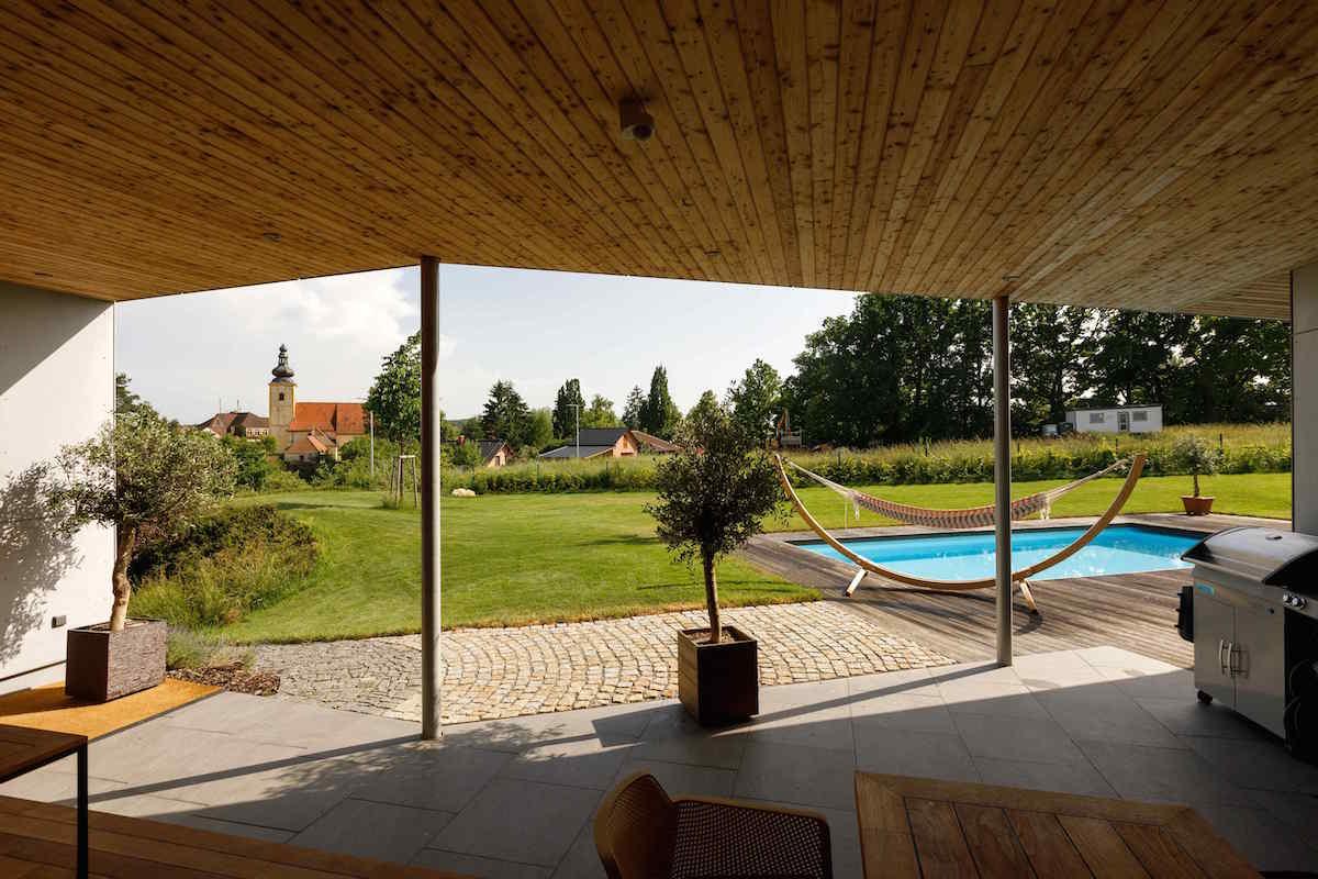 Výhľad z terasy na záhradu a kostolík