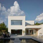 Hranatý dvojpodlažný dom s bazénom