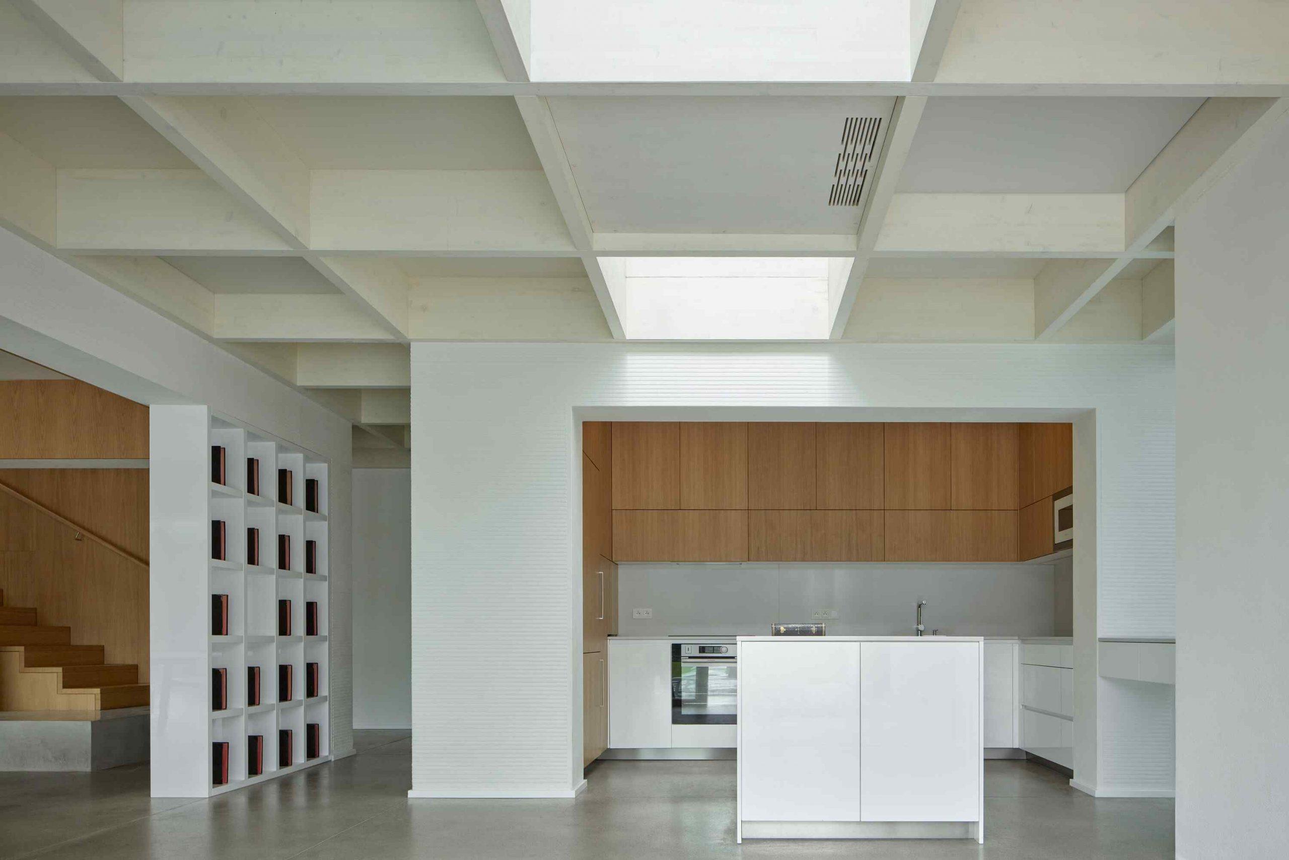 Biela veľká kuchyňa s kazetovým stropom
