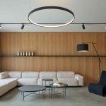 Moderná obývačka s veľkým okrúhlym svietidlom