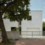 Hranatý dvojpodlažný biely dom