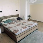 Spálňa s drevenou posteľou