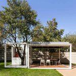 Pavilón v záhrade domu s variabilnými roletami
