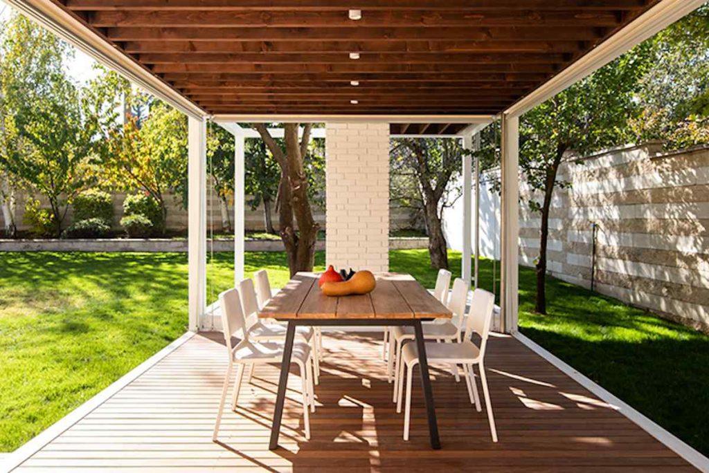 Aby si rozšírili obytný priestor, nechali si v záhrade postaviť malý pavilón s kuchynkou a posedením