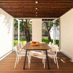 Sedenie v otvorenom pavilóne s variabilnými roletami