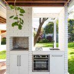 Kuchynka v pavilóne s okrasnými dlaždicami