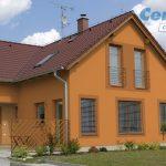 Rodinný dom s oranžovou fasádou
