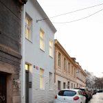 Starší biely zrekonštruovaný trojpodlažný dom v Prahe