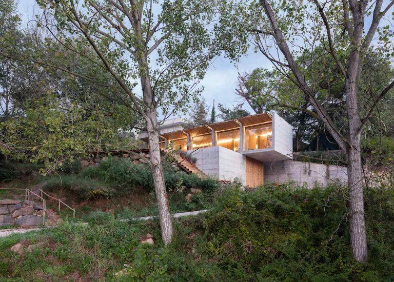 Zaujímavý dom otvára oči do prírody. Jeho externé tienenie funguje ako očné viečka!
