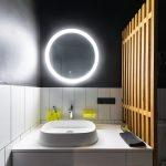 Umývadlo so skrinkou a podsvieteným okrúhlym zrkadlom