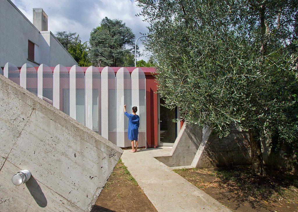 Starú verandu pri dome premenili na miniatúrne a flexibilné bývanie