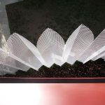 Detail dierovanej kovovej mriežky na mikrobyte