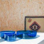 Modré misky na stole a v pozadí perszký vzor
