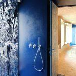 Biela sprcha v modrej kúpeľni