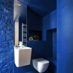 Žiarivo biela sanita v modrej kúpeľni