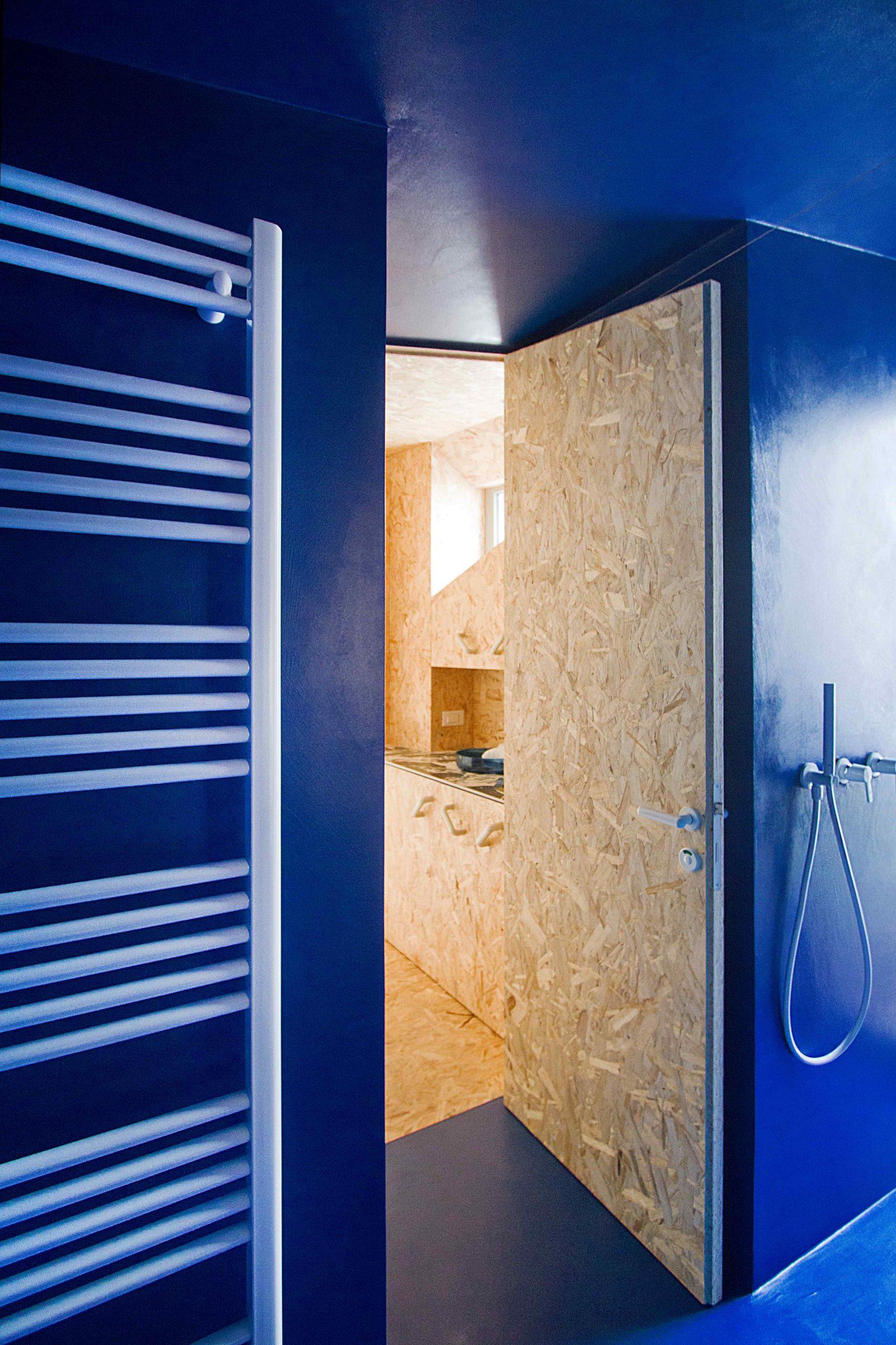 Žiarivo biele doplnky v modrej kúpeľni