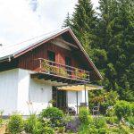 Pestrý kamenný múrik pred rodinným domom