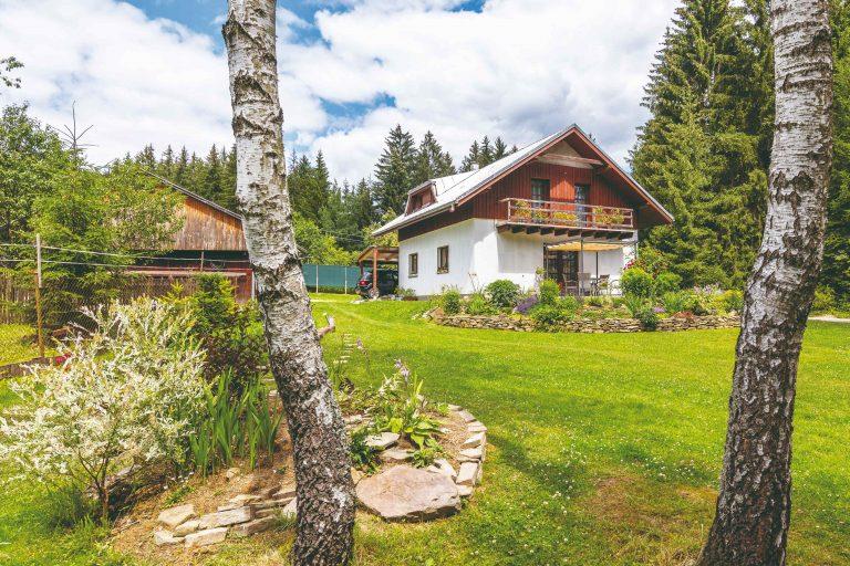 Krásny pozemok na Kysuciach rodina využila pre tvorbu pestrej záhrady s kamenným múrikom