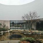 Vnútorné átrium s prírodným jazierkom a záhradou