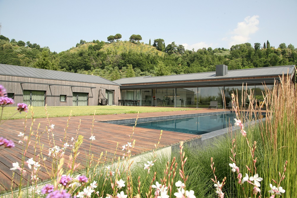 Rozsiahly vidiecky dom s nízkymi prevádzkovými nákladmi. Ako to architekti dosiahli?