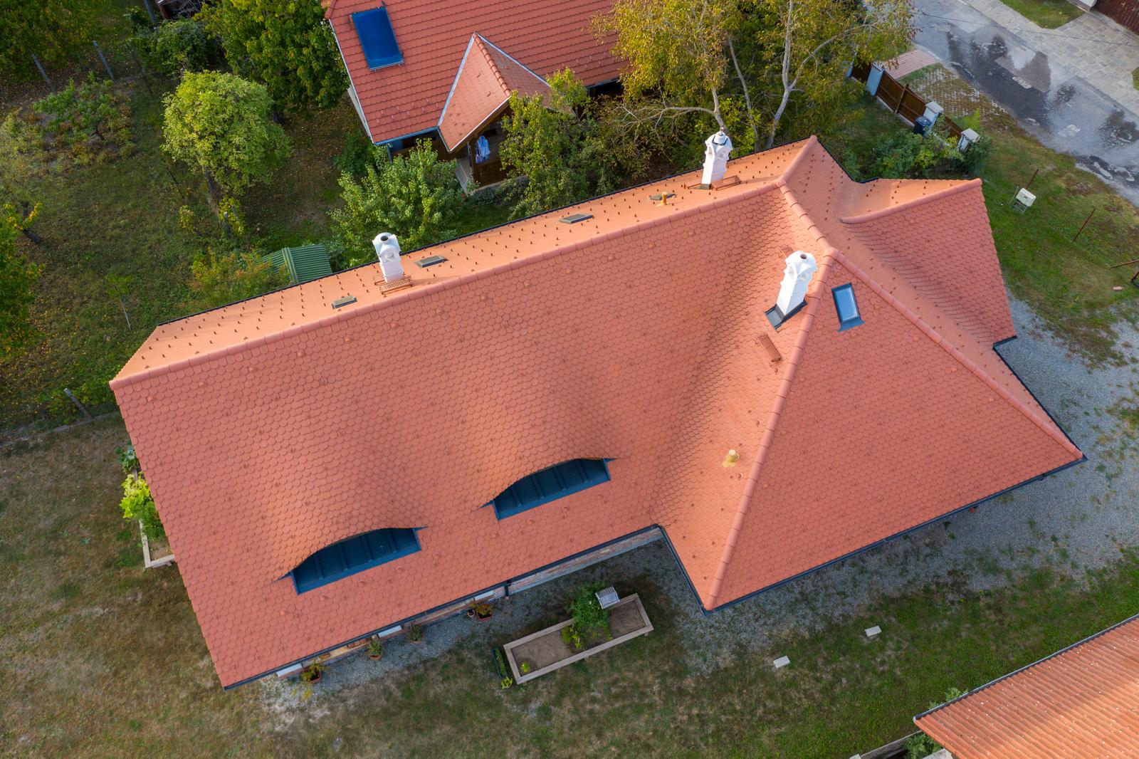 Letecký pohľad na rodinný dom s červenou strechou