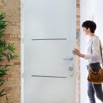 Dvere otvára žena