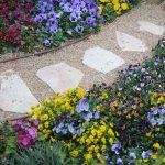 Chodník z kameňa v botanickej záhrade
